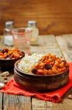 Cari de pois chiche d'aubergine et de tomate avec du riz photo libre de droits