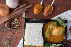 Cari de poulet avec la poudre de légume, d'herbe et d'épices sur une table en bois et une serviette blanche photo stock