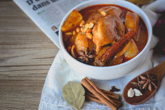 Cari de poulet, nourriture thaïlandaise, cuisine thaïlandaise avec des herbes Images stock