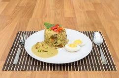 Cari de vert de riz frit avec du porc et l'oeuf d'ébullition Photographie stock libre de droits