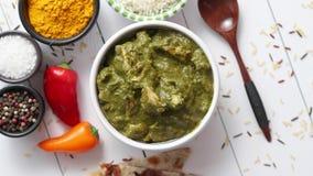 Cari du sud traditionnel de poulet de Korai d'Indien avec la menthe et la coriandre banque de vidéos