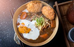 Cari japonais avec l'écrimage de nouille et de croquettes d'udon Photos libres de droits