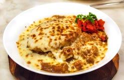 Cari japonais créatif avec du fromage de mozzarella sur le dessus Photos stock