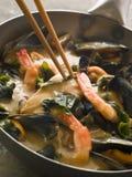 Cari japonais de fruits de mer et d'algue de Wakame photo libre de droits