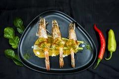 Cari rouge épicé avec la crevette rose, nourriture thaïlandaise photo libre de droits