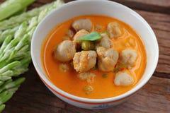 Cari rouge avec la nourriture thaïlandaise de boule de poissons Image stock