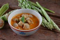 Cari rouge avec la nourriture thaïlandaise de boule de poissons Images libres de droits