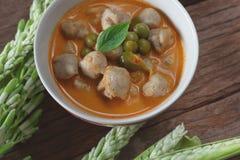 Cari rouge avec la nourriture thaïlandaise de boule de poissons Photo stock