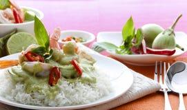 Cari thaïlandais de vert de crevette rose au-dessus de riz Photographie stock