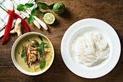 Cari vert avec des nouilles de crevette et de riz Cuisine thaïe (keaw de kang blême) Photos libres de droits