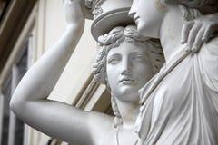 cariatide Statues de deux jeunes femmes à Vienne images stock