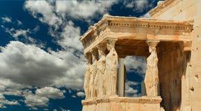Cariatides en nuages de ciel d'Athènes Grèce Photos libres de droits