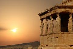 Cariatides sur l'Acropole athénienne au coucher du soleil Image stock