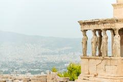 Cariatidi in Erechtheion sulla collina dell'acropoli Immagine Stock