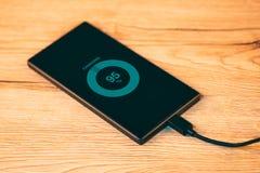 Carica della batteria mobile dello Smart Phone fotografie stock libere da diritti