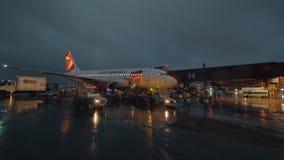 Caricamento del bagaglio nell'aereo alla notte, aeroporto di Czech Airlines di Sheremetyevo stock footage
