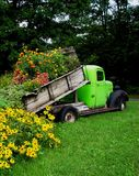 Caricamento del camion dei fiori. fotografie stock libere da diritti