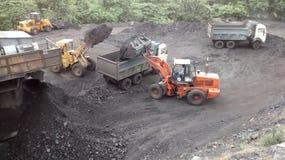 Caricamento del carbone fotografie stock