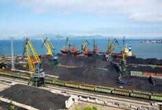 Caricamento del carbone su una nave Immagini Stock Libere da Diritti