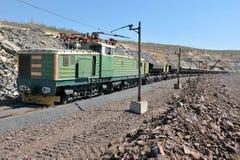 Caricamento del minerale di ferro sul treno Fotografie Stock Libere da Diritti