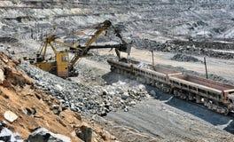 Caricamento del minerale di ferro sul treno Fotografia Stock Libera da Diritti