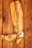 Caricamento del sistema di legno del cowboy con il dente cilindrico sulla parete di legno Fotografia Stock