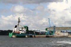 Caricamento della nave da carico Immagine Stock