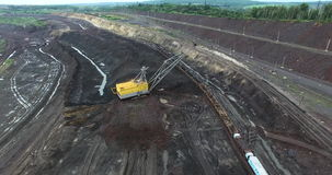 Caricamento della roccia nella cava stock footage