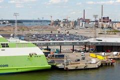 Caricamento delle automobili sulla stella del traghetto nella porta di Helsinki Immagine Stock Libera da Diritti