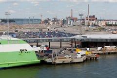 Caricamento delle automobili sulla stella del traghetto nella porta di Helsinki Fotografia Stock Libera da Diritti