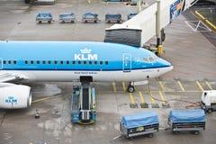 Caricamento di bagage dell'aereo di KLM Fotografie Stock Libere da Diritti