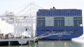 Caricamento di CMA CMG BENJAMIN FRANKLIN al porto di Oakland Immagine Stock
