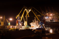 Caricamento di vita notturna nel porto Fotografie Stock