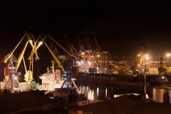 Caricamento di vita notturna nel porto Fotografia Stock Libera da Diritti