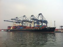 Caricando e scaricando contenitore al porto di Tanjung Priok Fotografia Stock Libera da Diritti
