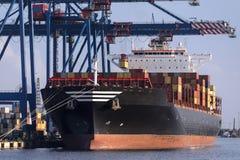 Caricando una nave porta-container - Klaipeda in Lituania Fotografia Stock Libera da Diritti