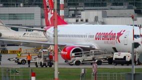 Caricare bagagli a bordo degli aerei stock footage