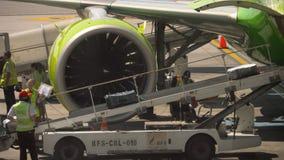Caricare bagagli a bordo degli aerei archivi video