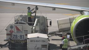 Caricare bagagli a bordo degli aerei video d archivio