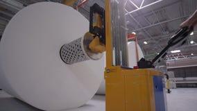 Caricatore del rotolo della fibra di usi del lavoratore del primo piano nel negozio della fabbrica stock footage