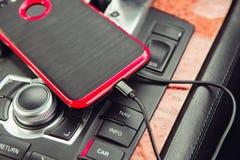 Caricatore dell'automobile per il telefono cellulare Telefono che fa pagare in automobile di lusso Fotografie Stock