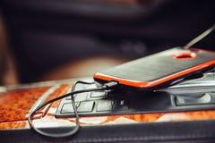Caricatore dell'automobile per il telefono cellulare Telefono che fa pagare in automobile di lusso Fotografie Stock Libere da Diritti