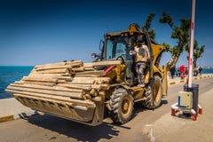 Caricatore dell'escavatore a cucchiaia rovescia in stradina Fotografie Stock Libere da Diritti