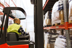 Caricatore di funzionamento del carrello elevatore dell'uomo al magazzino Immagini Stock Libere da Diritti