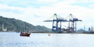 Caricatori del porto in Bitung Fotografia Stock Libera da Diritti