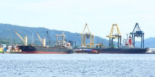 Caricatori del porto in Bitung Immagini Stock Libere da Diritti