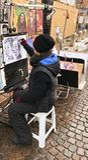 Caricaturas do retratista do artista da rua dos povos imagem de stock royalty free