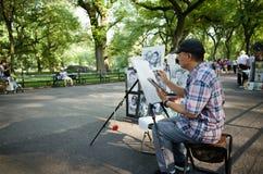 Caricaturista en la alameda en el dibujo de Central Park foto de archivo