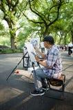 Caricaturista en la alameda en el dibujo de Central Park imagen de archivo libre de regalías