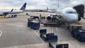 Carichi dell'aeroplano per l'intervallo di orario di partenza archivi video